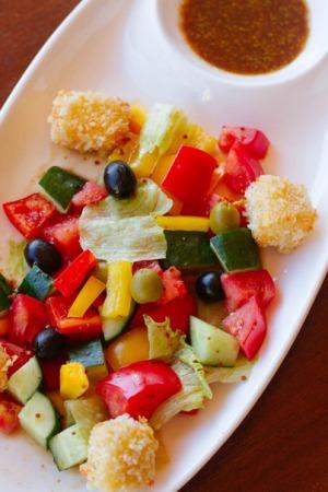 Действует скидка на основное меню 20%. Греческий салат с жареным сыром - 330, г. Казань. Предоставляется скидка.