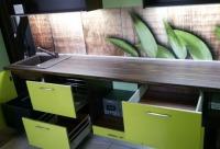 Со скидкой 50% продается кухня 3050 корпус ЛДСП макассар фасад лак Luxe Alvic столешница Slotex макассар стеновая панель скиналь - стекло, г. Мурманск. Новый день скидок.